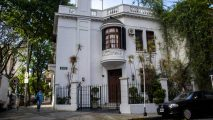 I discovered the exclusive English neighborhood hidden in Caballito, a journey through six blocks that are an oasis in the city.