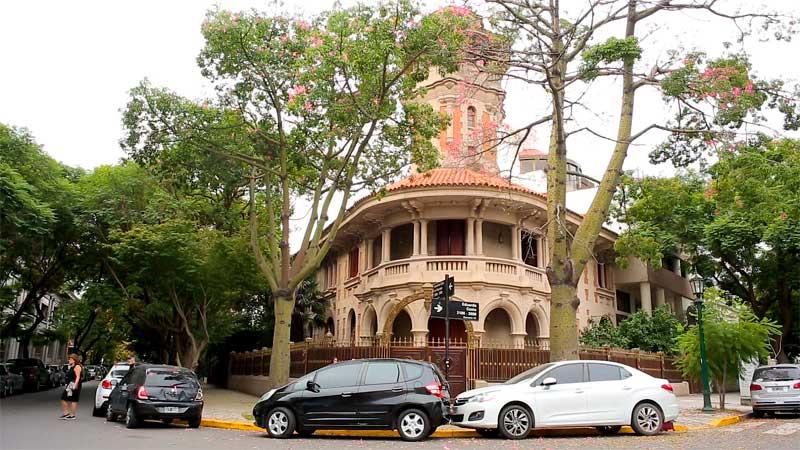 Barrio Parque se destaca por sus calles empedradas, angostas y circulares, llenas de árboles